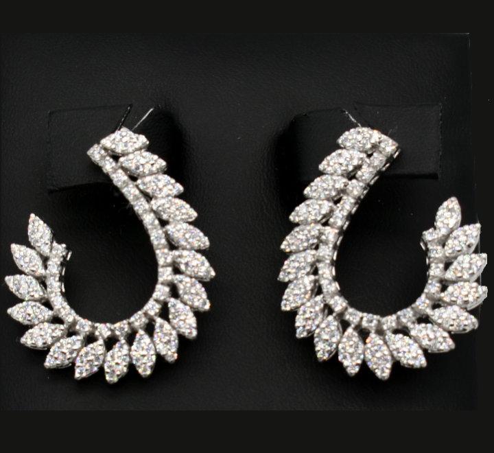 حلق فضة على تصميم الماس